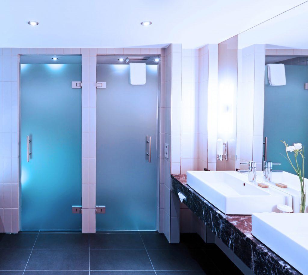 Modernes Badezimmer mit zwei Glastüren